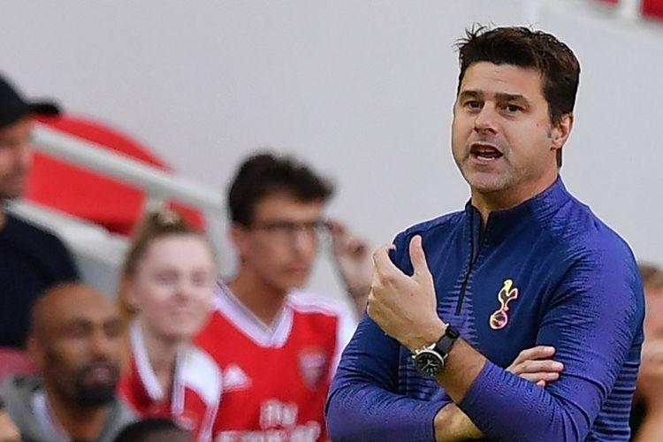 Mauricio Pochettino memberi instruksi kepada anak-anak asuhannya dalam laga Arsenal vs Tottenham Hotspur di Stadion Emirates, 1 September 2019.