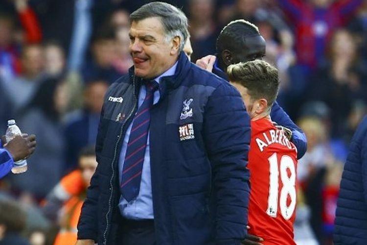 Pelatih Crystal Palace, Sam Allardyce, bereaksi pada akhir laga kontra Liverpool di Stadion Anfield pada 23 April 2017/