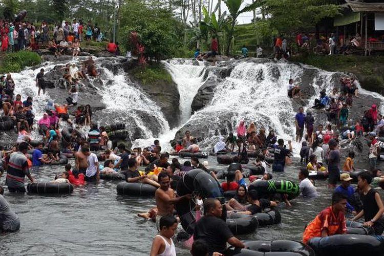 Sejumlah wisatawan di Sumber Maron, Desa Karangsuko, Kecamatan Pagelaran, Kabupaten Malang, Jawa Timur, Minggu (29/1/2017).