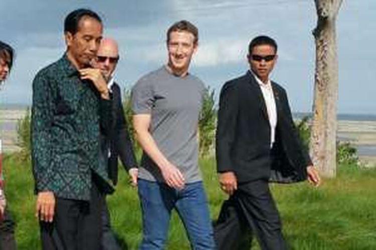 Presiden Joko Wido bersama Ibu Iriana tampak berjalan bersama dengan pendiri dan CEO Facebook Mark Zuckerberg. Jokowi mengunjungi kantor Facebook dalam rangkaian kunjungan ke Amerika Serikat untuk menghadiri Konferensi Tingkat Tinggi (KTT) ASEAN-AS yang berlangsung pada 15-16 Februari 2016.