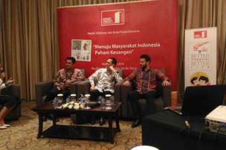 Chief External Affairs PT Home Credit Indonesia, Andy Gultom (kiri), Direktur Literasi dan Edukasi Keuangan, Horas Tarihoran (tengah), dan   Chief Executive Officer Home Credit Indonesia Jaroslav Gaisler dalam sebuah diskusi di Jakarta, (22/6)
