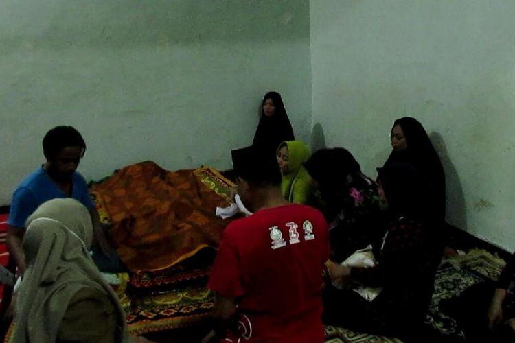 Jenazah seorang pelajar di Kabupaten Gowa, Sulawesi Selatan yang tewas tersengat listrik saat bersembunyi diatas atap plafon tengah disemayamkan di rumah duka. Senin, (2/3/2020).