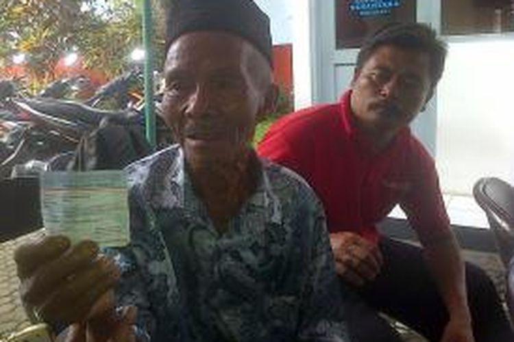 Suwali (73) warga dusun Manikmoyo, desa Kalisidi, Ungaran barat tertunduk lesu setelah mendapatkan penjelasan dari petugas Kantor Pos Ungaran, Jl MT Haryono 10, Ungaran.