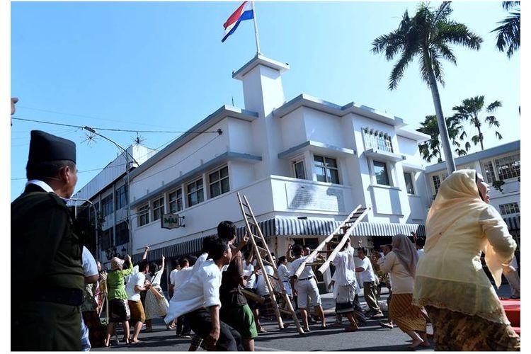 Pemuda menyerbu Hotel Yamato dalam rekonstruksi peristiwa perobekan bendera merah putih biru pada 19 September 1945 di Jalan Tunjungan, Kota Surabaya, Jawa Timur, Senin (19/9). Perobekan bendera tersebut merupakan awal perjuangan pemuda Surabaya mempertahankan kemerdekaan. Puncaknya adalah ultimatum oleh Sekutu pada 10 November 1945 yang berakhir dengan pertempuran besar dan diperingati sebagai Hari Pahlawan.