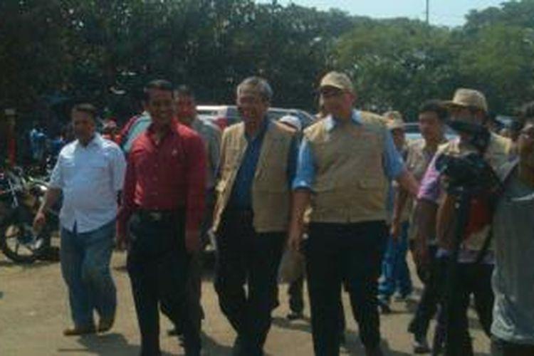 Menteri Pertanian Amran Sulaiman dan Direktur Utama Bulog Djarot Kusumayakti saat mengunjungi Pasar Induk Kramat Jati, Jakarta, Sabtu (13/6/2015).