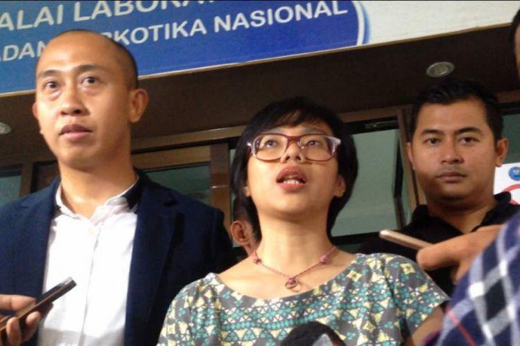 Istri Iwa K, Wikan Resminingtyas (tengah), di Badan Narkotika Nasional, Cawang, Jakarta Timur, pada Rabu (3/5/2017).