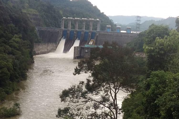 Tiga pintu air pelimpahan pada waduk PLTA Koto Panjang dibuka akibat tingginya debit air di musim penghujan