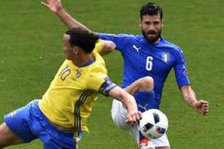 Gelandang Italia, Antonio Candreva (kanan), berduel dengan penyerang Swedia, Zlatan Ibrahimovic, dalam laga Piala Eropa 2016 di Stade de Municipal, Toulouse, 17 Juni 2016.