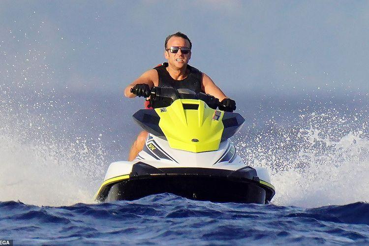Presiden Prancis Emmanuel Macron melakukan perjalanan jet ski di PErancis Selatan selama masa liburan musim panas Mediterania, sementara negara itu berjuang melawan potensi lonjakan kedua dalam kasus virus corona.