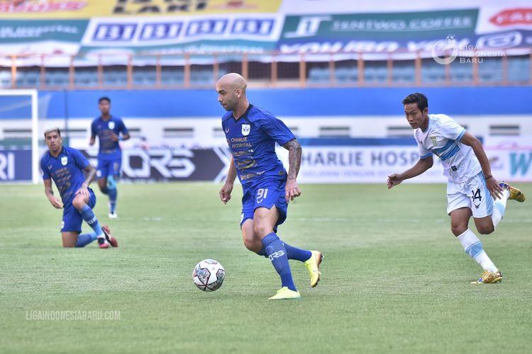 Pemain PSIS Semarang Bruno Silva menggiring bola saat pekan 1 Liga 1 2021-2022 melawan Persela Lamongan yang berakhir dengan skor 1-0 di Stadion Wibawa Mukti Cikarang, Sabtu (4/9/2021) sore.