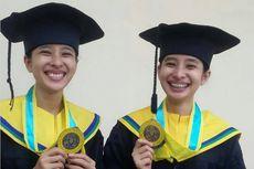 Kiat Saudara Kembar Lulus Bareng Jadi Sarjana Farmasi Unair