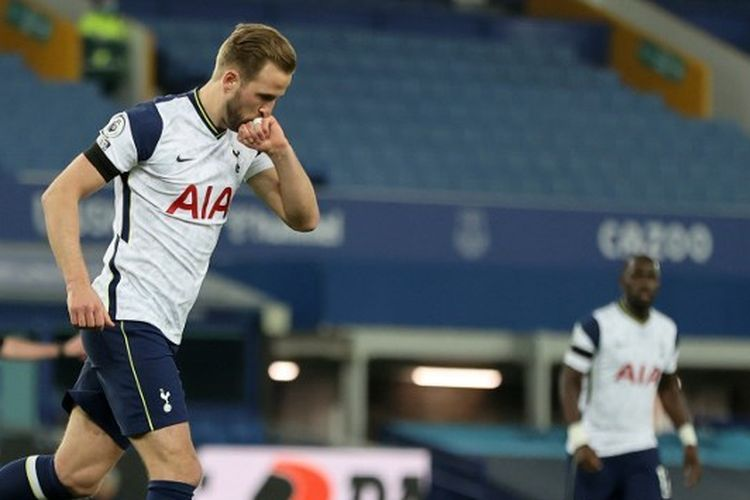 Penyerang Tottenham, Harry Kane, merayakan gol ke gawang Everton pada lanjutan laga Liga Inggris, Sabtu (17/4/2021) dini hari WIB.