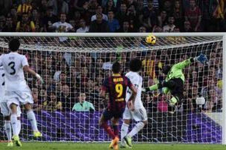 Striker Barcelona asal Chile, Alexis Sanchez (tengah), mencetak gol indah karena bola yang di-chip dari luar kotak penalti tak mampu dijangkau penjaga gawang Real Madrid, Diego Lopez, dalam el Clasico di Camp Nou, Sabtu (26/10/2013). Barcelona menang 2-1 lewat gol Neymar dan Sanchez. Gol balasan Madrid dihasilkan Jese Rodriquez.