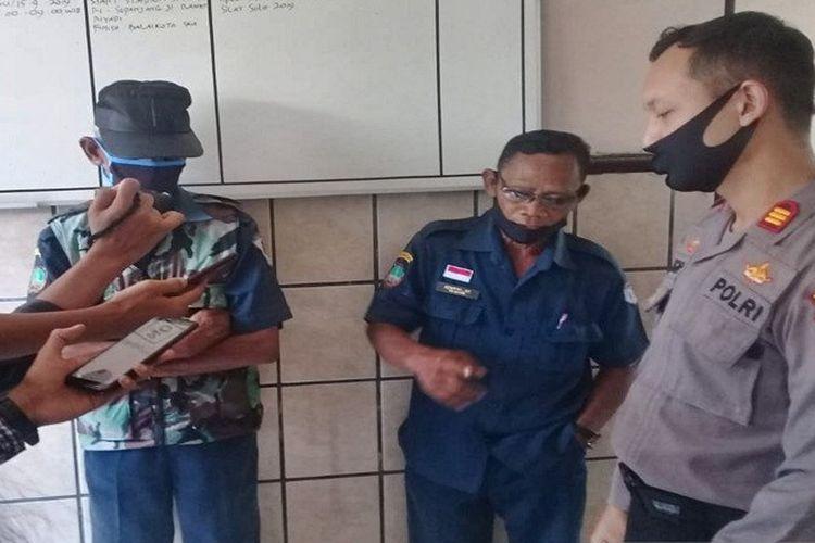 Polisi saat mengamankan dua dari tiga pelaku yang terlibat praktik pungli di 142 toko, Kecamatan Pasar Kliwon Solo, Senin (27-4-2020).