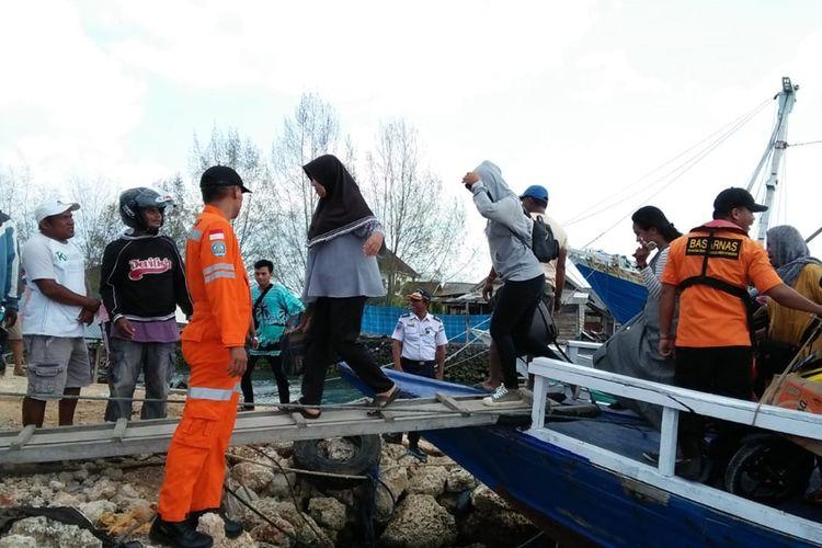 Sekitar 33 Penumpang berhasil diselamatkan setelah kapal KM Usaha Baru mati mesin di sekitar perairan karang kapota, Kabupaten Wakatobi, Sulawesi Tenggara, Senin (2/12/2019) siang.