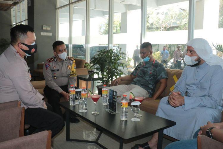 Kapolres Gresik AKBP Arief Fitrianto (paling kiri) bersama Kasatlantas Polres Gresik AKP Yanto Mulyanto saat bertemu Syekh Ali Jaber di salah satu hotel yang ada di Gresik, Rabu (14/10/2020).