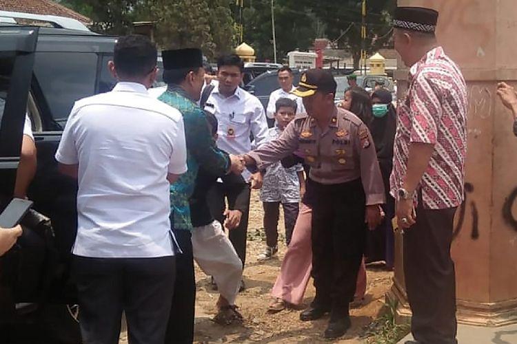 Menko Polhukam Wiranto (kedua kiri) turun dari mobil sebelum diserang orang tak dikenal dalam kunjungannya di Pandeglang, Banten, Kamis (10/10/2019). Wiranto menderita luka dua tusukan di bagian perut dan polisi mengamankan dua tersangka suami istri Syahril dan Fitri Andriana yang diduga terpapar jaringan ISIS.