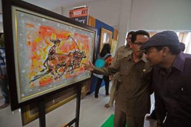 Pameran lukisan seniman Pamekasan di antaranya tentang karapan sapi tanpa kekerasan, sebagai bentuk protes atas karapan sapi pola kekerasan.