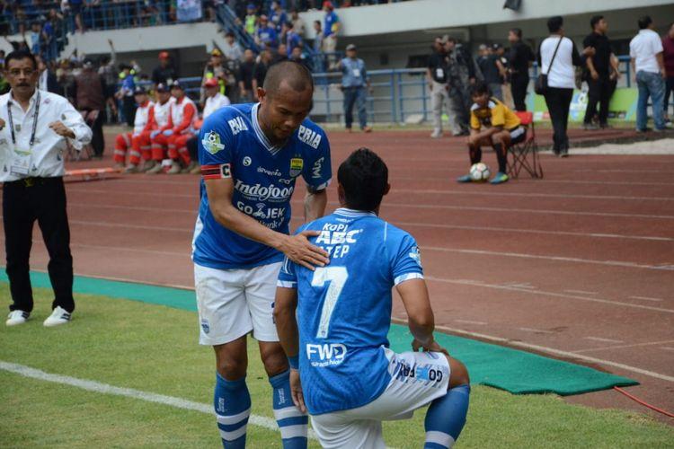 Supardi dan Atep merayakan gol Persib Bandung ke gawang Arema FC di Gelora Bandung Lautan Api, 13 September 2018.