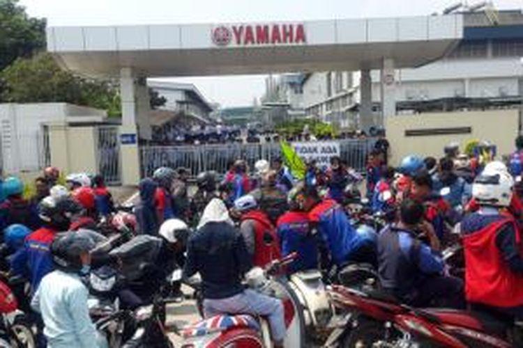 Suasana demonstrasi di depan kantor Yamaha Motor Manufacturing West Java di Karawang, Jawa Barat, Selasa (24/11/2015).
