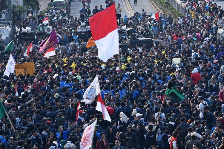 Mahasiswa dari sejumlah elemen mahasiswa se-Jabodetabek berunjuk rasa di depan kompleks Parlemen, Senayan, Jakarta, Senin (23/9/2019). Ribuan mahasiswa yang berasal dari sejumlah elemen mahasiswa se-Jabodetabek turun ke jalan berdemonstrasi menolak UU KPK dan pengesahan RUU KUHP. ANTARA FOTO/Aditya Pradana Putra/wsj.