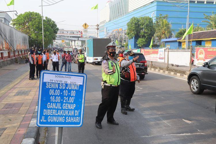 Sosialisasi ganjil-genap di Jalan Gunung Sahari, Jakarta Utara, Rabu (5/8/2020)