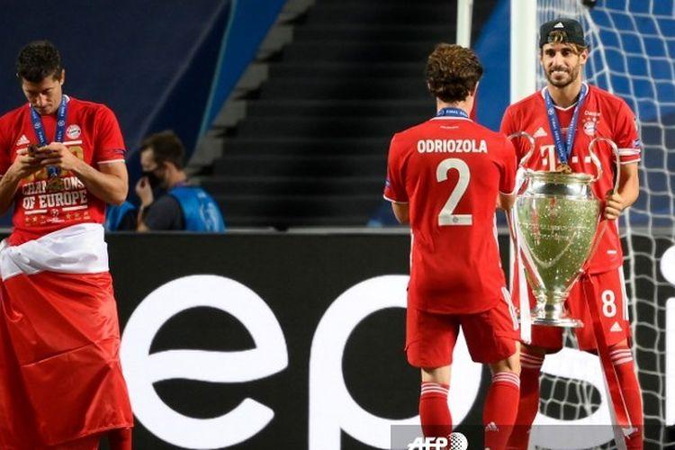 Pemain Bayern Muenchen, Javier Martinez, merayakan keberhasilan timnya meraih trofi Liga Champions musim ini setelah mengalahkan PSG pada laga final di Stadion Da Luz, Lisbon, 23 Agustus 2020.