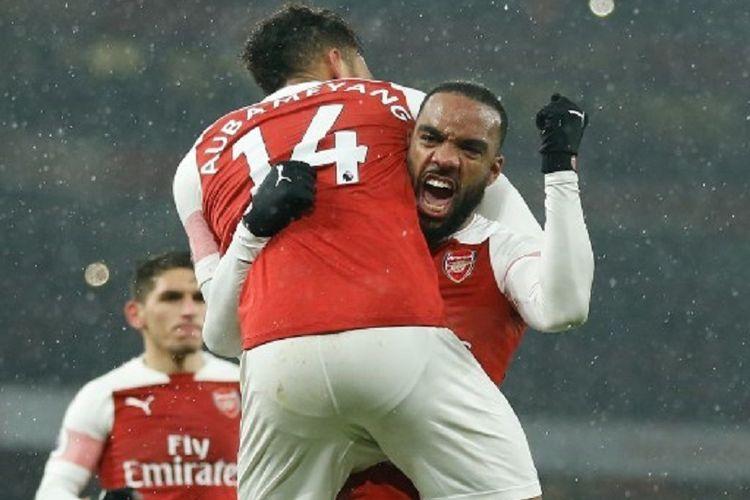 Pierre-Emerick Aubameyang rayakan gol Alexandre Lacazette pada pertandingan Arsenal vs Cardiff City di Stadion Emirates dalam lanjutan Liga Inggris, 29 Januari 2019.