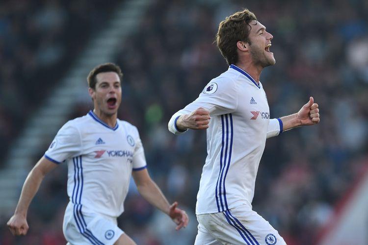 Pemain belakang Chelsea, Marcos Alonso (kanan), merayakan golnya ke gawang Bournemouth pada partai lanjutan Premier League - kasta teratas Liga Inggris - di Stadion Vitality, Sabtu (8/4/2017).