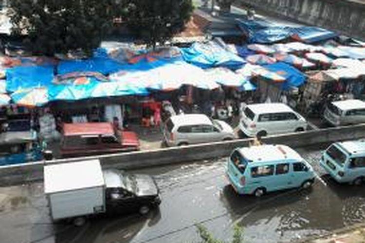 Salah satu ruas jalan depan blok G Pasar Tanah Abang yang kerap digenangi air got, Rabu (17/7/2013). Baik pembeli maupun pedagang, sama-sama tidak nyaman dengan kondisi seperti ini.