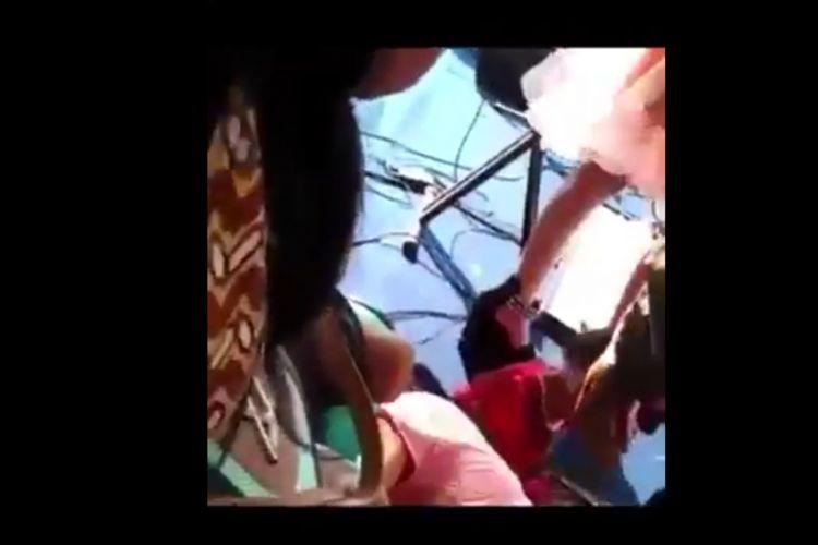 Potongan video berdurasi pendek. Video tersebut menggambarkan seorang wanita pingsan setelah dipukul oknum polisi.