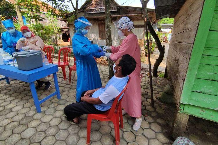Swab massal di Desa Pekaja, Kecamatan Kalibagor, Kabupaten Banyumas, Jawa Tengah, Jumat (30/4/2021).