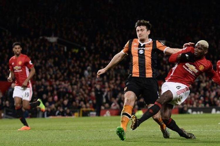 Gelandang Manchester United, Paul Pogba (kanan), melepaskan tembakan tetapi gagal mencetak gol saat melawan Hull City dalam pertandingan Premier League di Stadion Old Trafford, Manchester, Rabu (1/2/2017).
