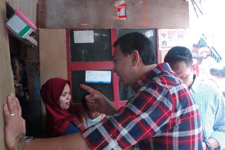 Calon gubernur DKI Jakarta Basuki Tjahaja Purnama atau Ahok saat menyambangi rumah warga di Marunda, Cilincing, Jakarta Utara, Rabu (1/2/2017).