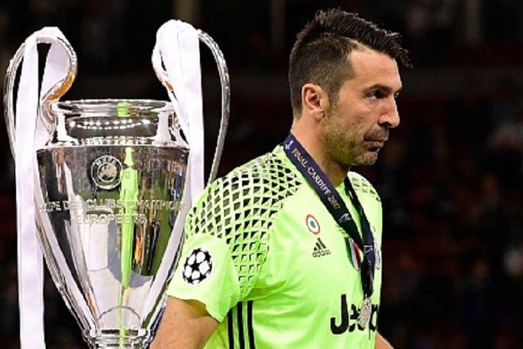 Kiper Juventus, Gianluigi Buffon, tampak kecewa seusai kekalahan dari Real Madrid pada final Liga Champions 2016-2017 di Stadion Millenium, Minggu (3/6/2017).