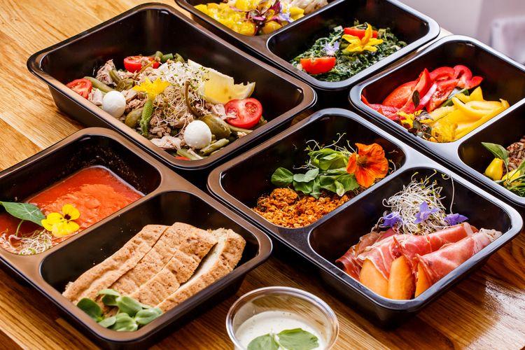 Ilustrasi makanan kemasan untuk take away dan delivery menu buka puasa dari hotel.