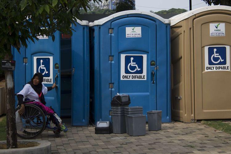 Penyandang disabilitas melintasi area stan pada peringatan Hari Disabilitas Internasional di Plaza Barat Gelora Bung Karno (GBK), Jakarta Pusat, Selasa, (3/12/2019). Puluhan stan memamerkan berbagai macam hasil karya penyandang disabilitas, hingga layanan kesehatan gratis khusus.