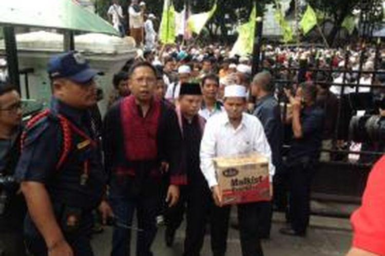 Beberapa perwakilan Gerakan Masyarakat Jakarta (GMJ) membawa tumpukan dokumen tanda warga Jakarta mendukung hak angket ke dalam gedung DPRD DKI, Selasa (24/3/2015).