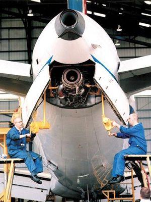 Mekanik pesawat membongkar perangkat APU di ekor pesawat A320.