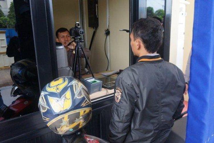 Pemohon sedang mencoba layanan baru perpanjangan SIM C melalui SIM Drive Thru di Kompleks MPP Kabupaten Batang, Kamis (23/1/2020).