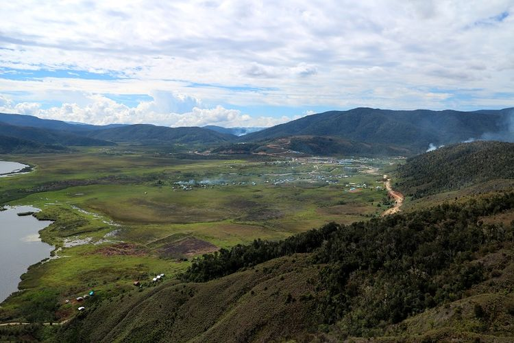 Lanskap Pegunungan Arfak dilihat dari udara wilayah Distrik Anggi, Kabupaten Arfak, Papua Barat. Pegunungan Arfak merupakan daerah pegunungan yang menyimpan potensi pariwisata.