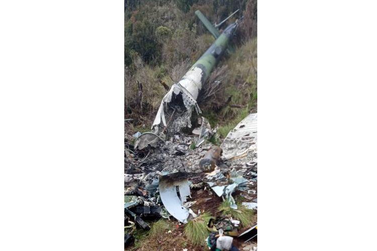 Sebuah foto bangkai pesawat helikopter beredar di dunia maya pada Selasa (4/2/2020). Foto bangkai helikopter itu diduga MI 17 milik TNI AD yang hilang kontak sejak Juni 2019 lalu.