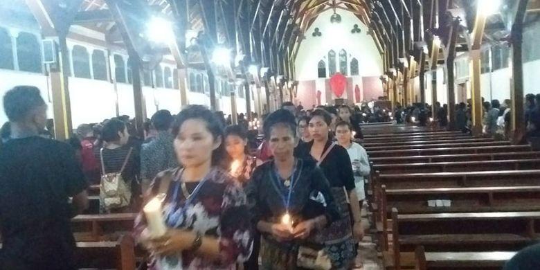 Para peziarah mengikuti prosesi Logu Senhor di Gereja Santo Ignatius Loyola (Gereja Tua Sikka), Kampung Sikka, Kecamatan Lela, Kabupaten Sikka, Nusa Tenggara Timur, Jumat (19/4/2019) malam.