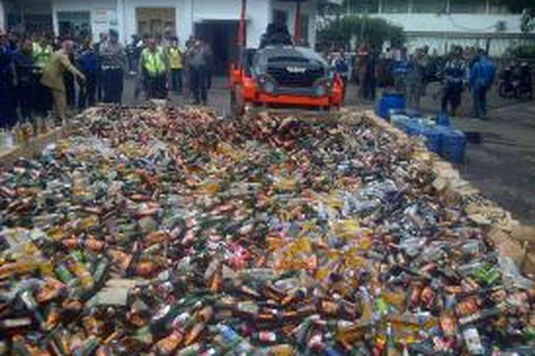 Sebanyak 10.971 botol minuman keras beralkohol berbagai merek serta 750 liter tuak produksi rumahan dimusnahkan oleh pihak Polrestabes Bandung dengan cara digilas menggunakan alat berat, Rabu (12/3/2014).