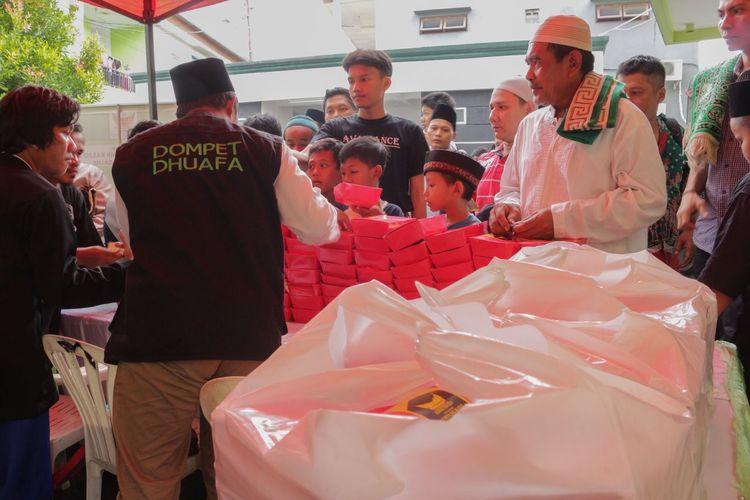 "Sajikan Makanan Murah, Warga Serbu ""Warung Berkah Goes to Mosque"""