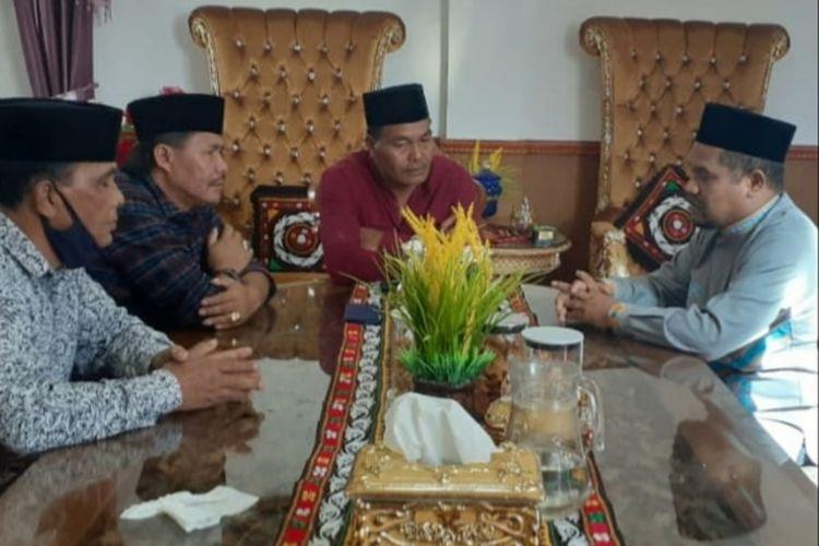 Suasana pertemuan pimpinan DPRK Bener Meriah dengan Bupati Bener Meriah, Sarkawi, terkait pengunduran Sarkawi dari kursi bupati setempat yang disampaikan secara lisan. Pertemuan ini dilakukan Senin (25/5/2020).
