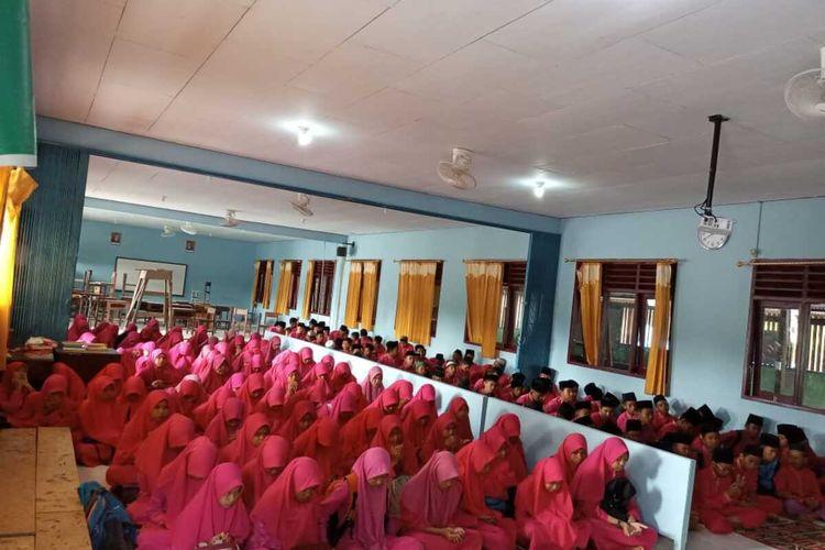 Seluruh murid Sekolah Menengah Pertama (SMP) Nurul Jannah yang merupakan sekolah berbasis Pesantren yang ada di Kabupaten Natuna, Kepulauan Riau (Kepri) menggelar doa bersama. Hal ini dilakukan guna memanjatkan doa agar vorus corona tidak mewabah di pulau terdepan Indonesia ini.