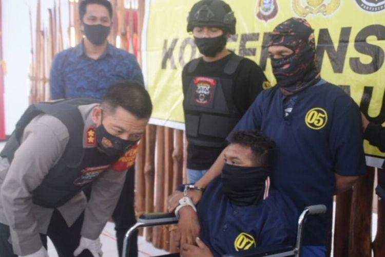 Kapolres Baubau, AKBP Zainal Rio Candra Tangkari, berinteraksi dengan pelaku Midun (duduk kursi roda). Midun sudah 11 kali ditangkap polisi karena mencuri di rumah mewah.