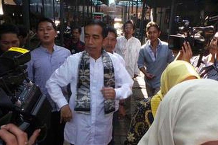 Gubernur DKI Jakarta Joko Widodo di  Lokasi Binaan Pedagang Kaki Lima Kramat Jati, Jakarta Timur, Jumat (3/5/2013). Jokowi datang ke pasar ini untuk mensosialisasikan program rehabilitasi pasar.