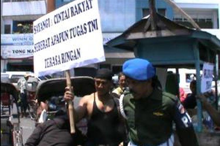 Aksi Kopral Bagyo di Pasar Gede Solo, Jumat (4/10/2013).